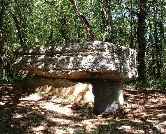 Dolmen de Pech-Lapeyre (ou du Lac d'Aurié) à Limogne-en-Quercy