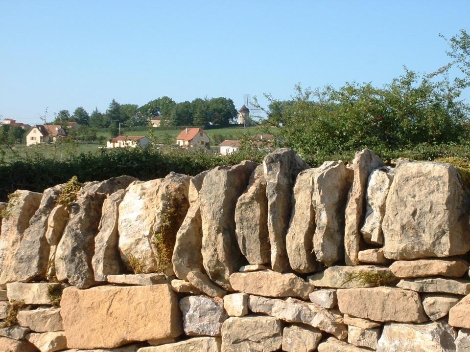 Muret en pierre sèche à Saint-Jean-Mirabel dans le Lot