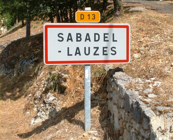 Panneau du village de Sabadel-Lauzès dans le Lot