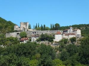 Point de vue sur Montbrun (bourg) dans le Lot depuis Saujac dans l'Aveyron