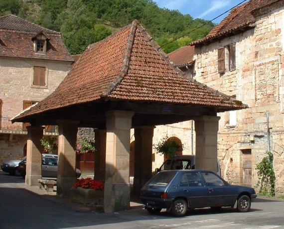 Halle de Fons (bourg) dans le Lot