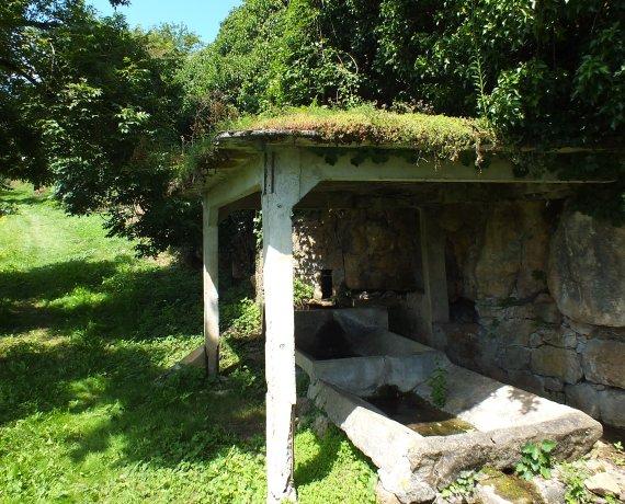 """Lavoir """"La Fontaine Grande"""" à Faycelles (bourg) dans le Lot"""