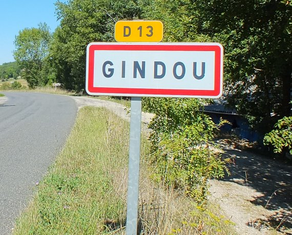 Panneau du village de Gindou dans le Lot