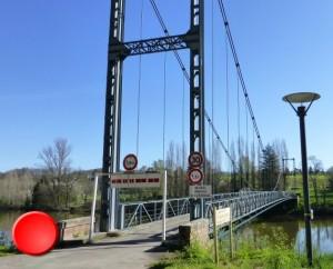 Pont suspendu sur le Lot à Albas (bourg)