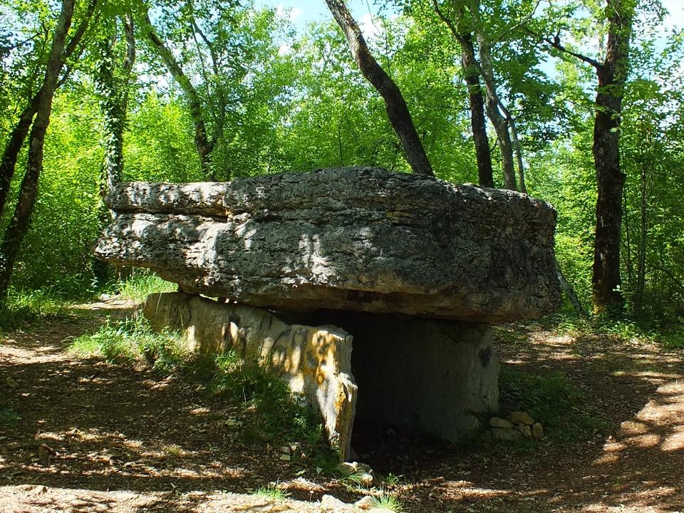 Dolmen du Lac d'Aurié (ou Dolmen du Pech-Lapeyre) à Limogne-en-Quercy dans le Lot