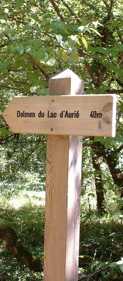 Panneau indicateur du dolmen du Lac d'Aurié à Limogne-en-Quercy dans le Lot