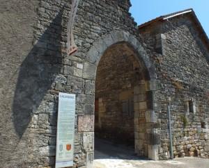 Porte ogival de l'ancien castrum de Calvignac dans le Lot