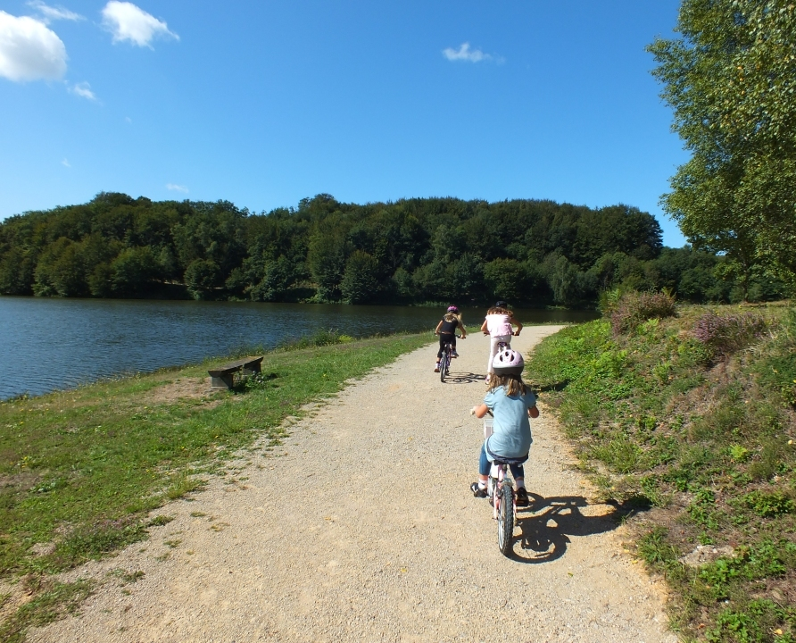 Balade à vélo autour du Lac de Tolerme à Sénaillac-Latronquière