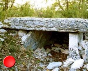 Dolmen du Cloup del Prioun à Sauliac-sur-Célé