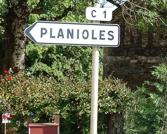 Panneau du village de Planioles dans le Lot