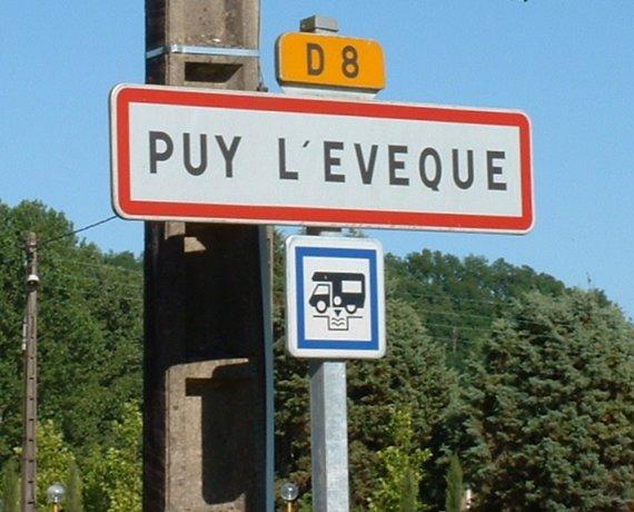 Panneau du village de Puy l'Évêque dans le Lot
