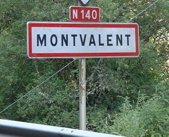 Panneau du village de Montvalent dans le Lot