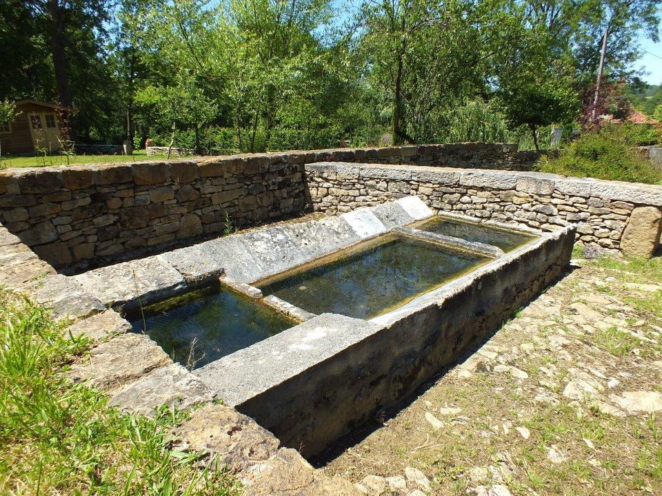 Lavoir communal du XVIIème siècle à Camboulit (Bournat)