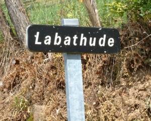 Panneau du village de Labathude dans le Lot