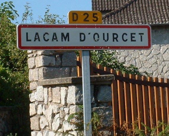Panneau du village de Lacam d'Ourcet dans le Lot