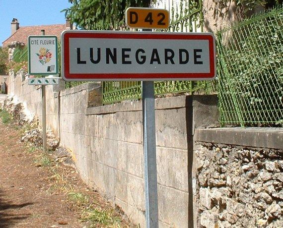 Panneau du village de Lunegarde dans le Lot