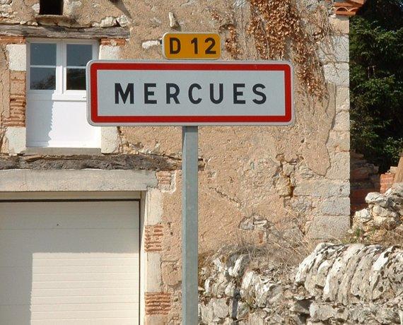 Panneau du village de Mercuès dans le Lot