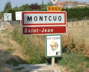Panneau du village de Montcuq dans le Lot