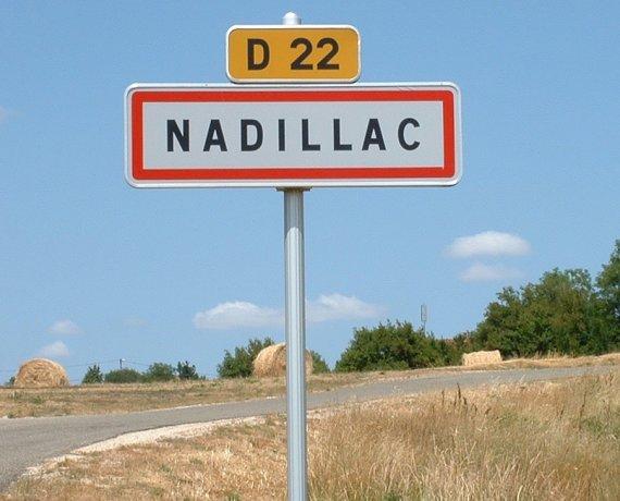 Panneau du village de Nadillac dans le Lot