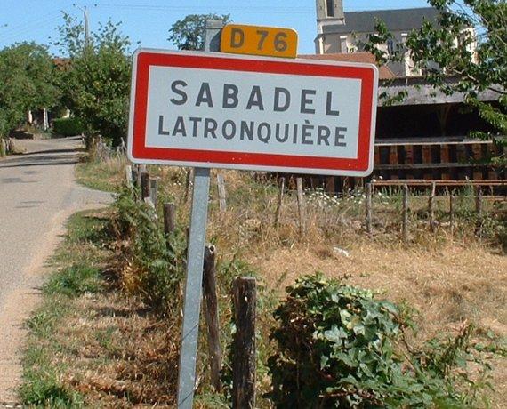 Panneau du village de Sabadel-Latronquière dans le Lot