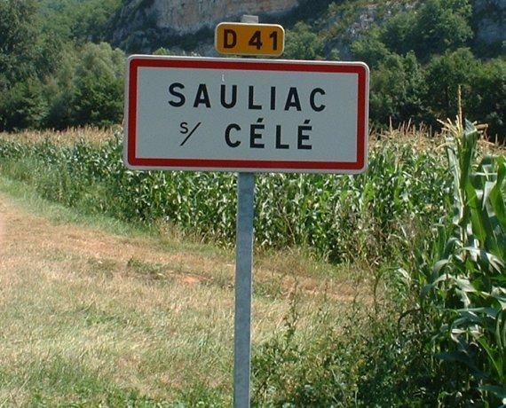 Panneau du village de Sauliac-sur-Célé dans le Lot