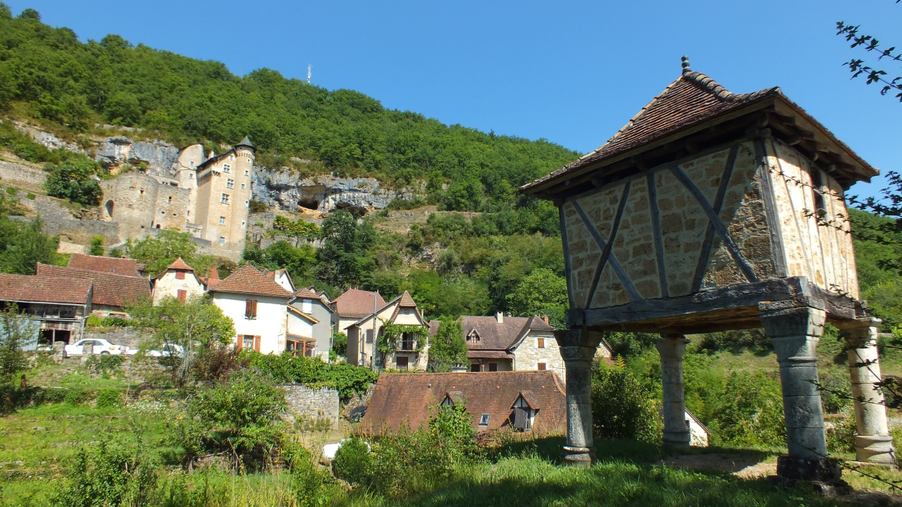 Le pigeonnier du château à Larroque-Toirac