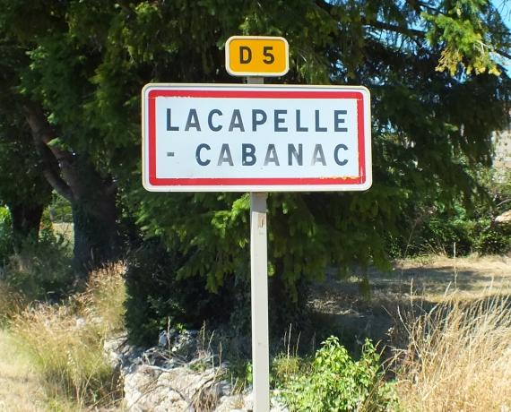 Panneau du village de Lacapelle-Cabanac dans le Lot