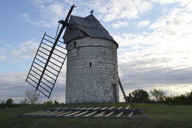 Le moulin de Boisse à Sainte-Alauzie - Ailes brisées tempête Août 2015 (Photo DDM)