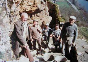 Équipe bénévoles pour la réhabilitation de la fontaine Romaine dite des Anglais à Capdenac-le-Haut dans le Lot